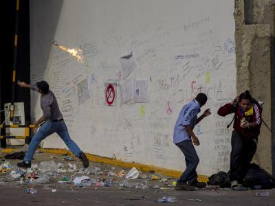 Ein Demonstrant wirft einen Molotowcocktail. Foto: Miguel Gutiérrez