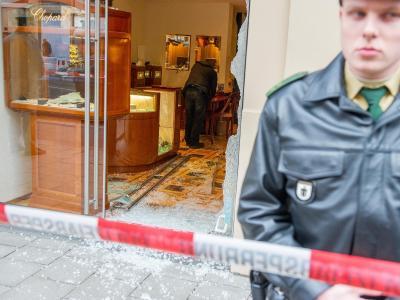 Ein Polizist sichert in der Maximilianstraße in München das überfallene Juweliergeschäft. Foto: Marc Müller