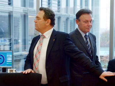 Die Informationen von Hans-Peter Friedrich (l.), die über Sigmar Gabriel zum SPD-Fraktionschef Thomas Oppermann (r.) gelangten, kosteten Friedrich das Ministeramt. Foto: Rainer Jensen/Archiv