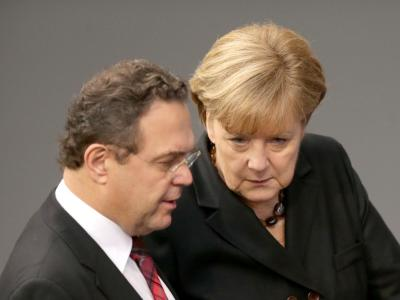 Bundeskanzlerin Angela Merkel im Gespräch mit Landwirtschaftsminister Hans-Peter Friedrich. Foto: Kay Nietfeld/Archiv