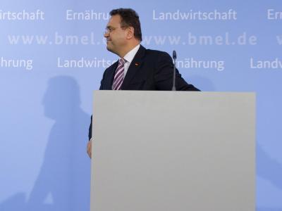 Geht ab nach rechts: Bundeslandwirtschaftsminister Hans-Peter Friedrich nach seiner Rücktrittserklärung. Foto: Tim Brakemeier