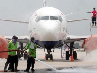 Auf dem Adi-Sumarmo-Flughafens auf Java wird ein Passagierjet gereinigt. Foto: Bimo Satrio