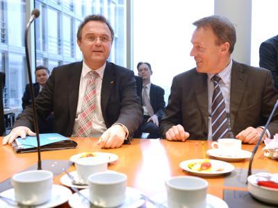 Der damalige Geschäftsführer der SPD-Bundestagsfraktion, Thomas Oppermann (r.), und der damals amtierende Bundesinnenminister Hans-Peter Friedrich (CSU) bei den den Koalitionsverhandlungen. Foto: Rainer Jensen/Archiv