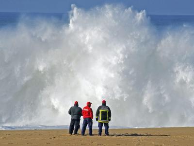 Feuerwehrleute beobachten im Dezember die Suche nach den ins Meer gerissenen Studenten. Foto: Rui Minderico