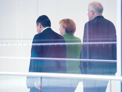 Wollen an der Vertrauensbasis zwischen Schwarz und Rot arbeiten: SPD-Chef Gabriel, Kanzlerin Merkel und der CSU-Vorsitzende Seehofer (v.l.n.r.). Foto: Maurizio Gambarini/Archiv