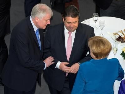CSU-Chef Seehofer (l-r), der SPD-Parteivorsitzende Gabriel und Bundeskanzlerin Merkel im Gespräch in Berlin. Foto: Tim Brakemeier