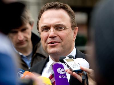 Der zurückgetretene Bundeslandwirtschaftsminister Hans-Peter Friedrich spricht vor der CSU-Parteizentrale in München. Foto: Sven Hoppe