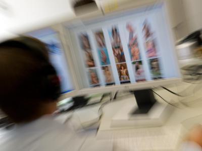 LKA-Beamte sind auf der Spur nach kinderpornographischen Inhalten. Foto: Peter Kneffel/Archiv