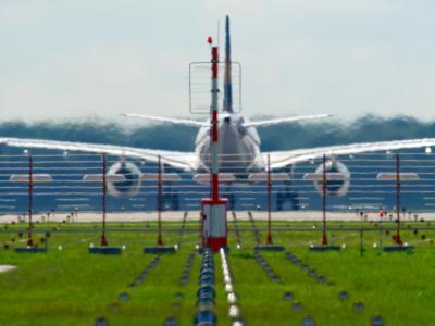 Geklagt wurde gegen die vier Kilometer lange Startbahn. Auf der Piste können stündlich 30 Flugzeuge starten oder landen. Foto: Sven Hoppe/Archiv