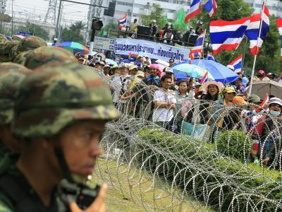 Thailändische Sicherheitskräfte sind auf der Hut: Der Protestanführer kündigt Attacken gegen Firmen im Familienbesitz der Regierungschefin an. Foto: Narong Sangnak