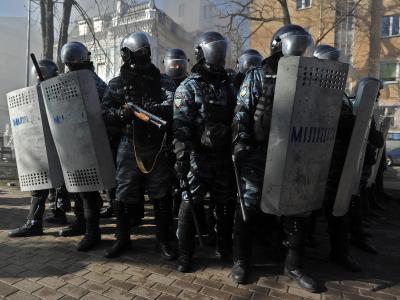 Bewaffnete Sicherheitskräfte in Kiew. Der ukrainische Präsident Janukowitsch kann beim gewaltsamen Vorgehen gegen seine Gegner auf Rückendeckung von Kremlchef Putin setzen. Moskau warnt vor einem Staatsstreich im einstigen Bruderland. Foto: Alexey Furman