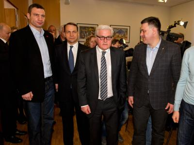 Bundesaußenminister Steinmeier (M) und sein Amtskollege aus Polen, Sikorski (2.v.l), sprechen in Kiew mit Vertretern der Opposition. Foto: Tim Brakemeier