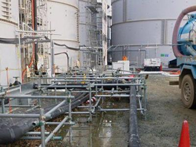 Atomruine Fukushima: An den Speichertanks, in denen jenes verseuchte Wasser gelagert wird, werden immer wieder undichte Stellen entdeckt. Foto: EPA/TEPCO