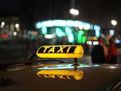 Ein ehemaliger Berliner Taxifahrer muss wegen Abzockerei von Fahrgästen für drei Jahre ins Gefängnis. Foto: Jens Kalaene