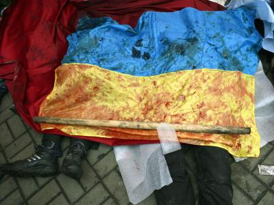 Eine blutige Flagge verhüllt die Körper getöteter Regierungsgegner.Foto: Laszlo Beliczay