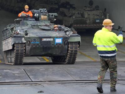 Ein Schützenpanzer «Marder» wird im Hafen von Emden entladen: Das Kettenfahrzeug gehört zu den 258 Gefechts- und Einsatzfahrzeugen der Bundeswehr, die aus Afghanistan nach Deutschland zurückgeführt werden. Foto: Ingo Wagner