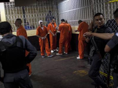 Mitglieder des Verbrechersyndikats Los Zetas in einem Gefängnis in Guatemala: Wegen eines Massakers an 27 Bauern wurden sie zu über 900 Jahren Haft verurteilt. Foto: Saúl Martinez