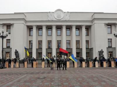 Regierungsgegner vor dem Parlament in Kiew. Foto: Maxim Shipenkov