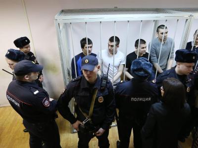 Die sieben Männer und eine Frau sollen am 6. Mai 2012 an gewaltsamen Ausschreitungen in Moskau beteiligt gewesen sein. Foto:Sergei Chirikov