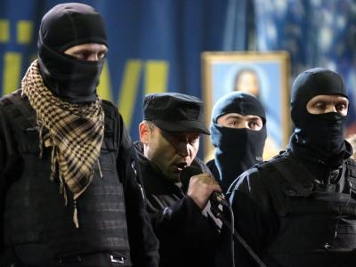 Dmitri Jarosch (M), Anführer der radikalen Gruppierung Rechter Sektor, spricht in Kiew. Foto: Maxim Shipenkov