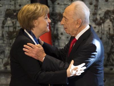 Israels Präsident Schimon Peres ehrt Angela Merkel mit dem höchsten Orden des Landes. Foto: Abir Sultan