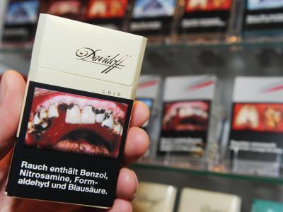 Soll vom Rauchen abhalten: Eine Zigarettenschachtel mit aufgedrucktem Schockbild. Foto: Angelika Warmuth