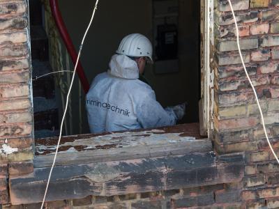 Spurensicherung durch die Kripo: Hinweise auf Brandstiftung gibt es bislang nicht. Foto: Uwe Anspach