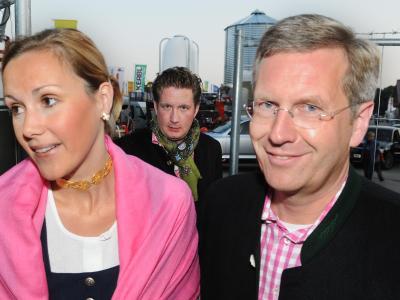 Christian Wulff, seine damalige Frau Bettina und Filmunternehmer David Groenewold im Jahr 2008 auf dem Oktoberfest in München. Foto: Felix Hörhager