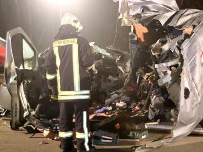 Ein Feuerwehrmann auf der A2 neben dem völlig zerstörten PKW. Foto: Oliver Schwandt