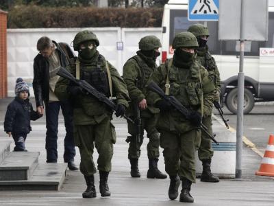 Uniformiert und schwer bewaffnet patrouillieren Männer am Flughafen in Simferopol. Foto: Maxim Shipenkov