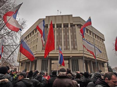Pro-Russische Aktivisten vor dem Parlament in Simferopol auf der Krim.Foto: Arthur Shwartz