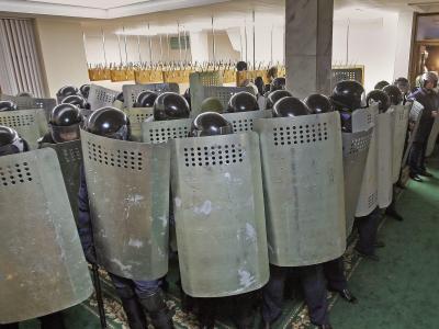 Ukrainische Polizisten schützen sich in Simferopol mit Schilden. Foto: Artur Shvarts