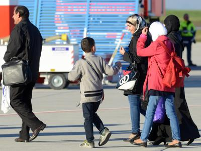 Sie haben es geschafft: Syrische Flüchtlinge kommen auf dem Flughafen Kassel-Calden in Hessen an. Foto: Uwe Zucchi/Archiv