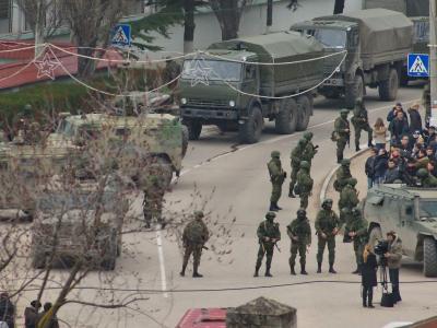 Bewaffnete blockieren eine ukrainische Militärbasis auf der Krim. Foto: Anton Pedko