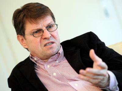 Der stellvertretende SPD-Parteivorsitzende Ralf Stegner spricht in Kiel. Foto: Carsten Rehder/Archiv