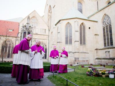 Bischöfe unterhalten sich während der Frühjahrs-Vollversammlung im Innenhof des St.-Paulus-Doms in Münster. Foto: Rolf Vennenbernd