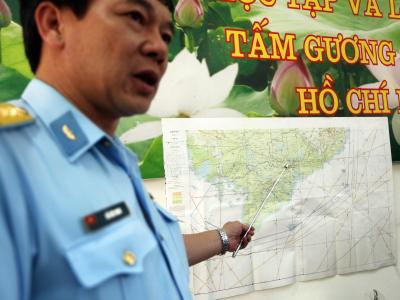Ein vietnamesischer Luftwaffen-Offizier erläutert den Umfang des Suchgebiets. Foto: Luong Thai Linh