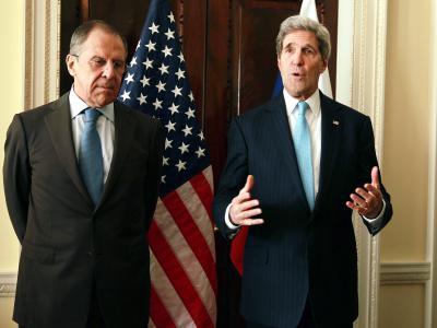 Gibt es für den Konflikt um die ukrainische Halbinsel Krim noch einen diplomatischen Ausweg? US-Außenminister Kerry (r) spricht mit seinem russischen Kollegen Lawrow - mit geringer Aussicht auf Erfolg. Foto: Sean Dempsey