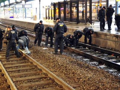 Polizeieinsatz im Bonner Hauptbahnhof. Foto: Volker Lannert/Archiv