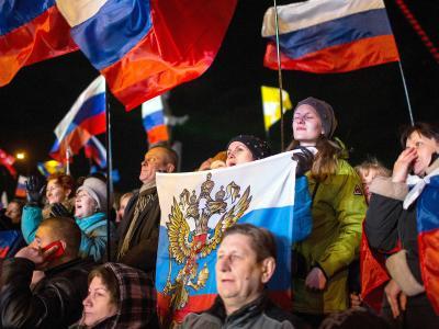 Menschen jubeln nach dem Ende des Referendums auf dem Lenin-Platz in Simferopol. Foto: Hannibal