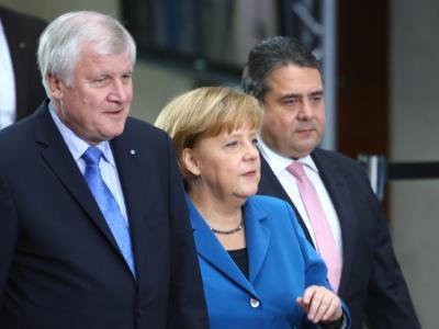 Die große Koalition will die Edathy-Affäre hinter sich bringen und sich auf die Sacharbeit konzentrieren. Die drei Parteichefs trafen sich, um die Richtung für den Mindestlohn von 8,50 Euro vorzugeben. Foto: Hannibal Hanschke/Archiv