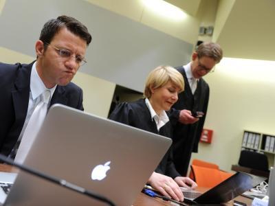 Die Anwälte Wolfgang Stahl (l-r), Anja Sturm und Wolfgang Herr sitzen im Gerichtssaal in München (Bayern) vor Prozessbeginn zusammen. Foto: Tobias Hase