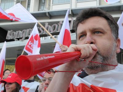 Gewerkschafler protestieren vor Beginn der zweiten Runde der Tarifverhandlungen. Foto:Bernd Settnik