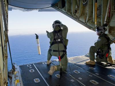 Abwurf von Funkbojen aus einer australischen Militärmaschine im neuen Suchgebiet. Foto: Leading Seaman Justin Brown
