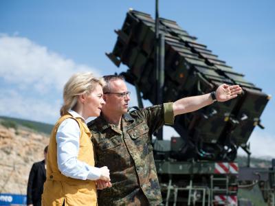 Oberst Stefan Drexler, der Kontingentführer des Einsatzkontingents Active Fence Turkey, zeigt seiner Ministerin die Patriot-Anlagen. Foto: Bernd von Jutrczenka