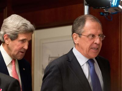 US-Außenminister John Kerry (r.) und sein russischer Amtskollege Sergej Lawrow wollen wieder miteinander reden. Foto: Maurizio Gambarini/Archiv