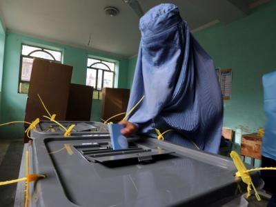 Eine Afghanin gibt in Herat ihre Stimme ab. Foto: Jalil Rezayee