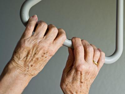 Die immer zahlreicheren Demenzkranken sollen künftig generell mehr aus der Pflegekasse bekommen. Foto: Daniel Bockwoldt