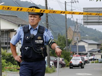 Polizist sichert Stra�e zum Tatort