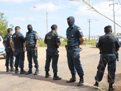 Polizisten stehen vor dem Gefängnis in Boa Vista Wache. Foto: Roraima Em Tempo